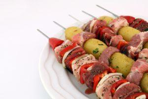 Een gemengde brochette voor in de pan of op de barbecue kan altijd smaken.