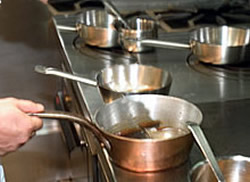 Kookpot op het fornuis voor het maken van bruine fond