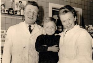 Foto met vader en moeder in hun slagerij begin de jaren 60