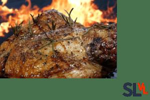 Lamsschouder langzaam gegaard in een BBQ